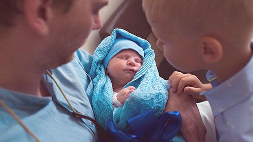 Ve videokurzu Narození miminka se dozvíte, jak je to sdoprovodem uporodu. Kdo všechno vám může být oporou.