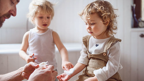 Ve videokurzu Základy první pomoci dětem se dozvíte, jak postupovat, když dojde kvelkému říznutí či odřenině uvašeho dítěte aběžná náplast rozhodně nestačí.